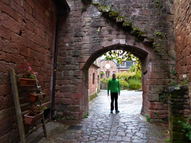 Collonges-la-rouge (Az under arch)