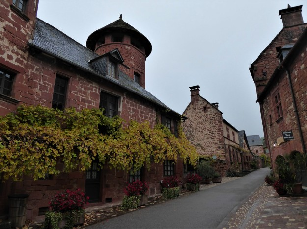 Collonges-la-rouge (leafy streets)